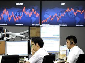 Euro falls versus dollar, Fitch views spook market