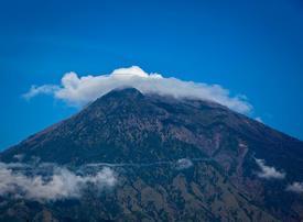 Video: Bali volcano evacuees prepare for eruption