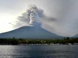 Video: Timelapse video of Bali's erupting volcano