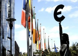 Euro on track for worst quarter in more than year