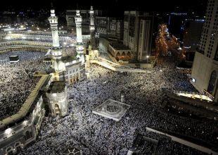 Pilgrims defy Saudi religious police to visit cave