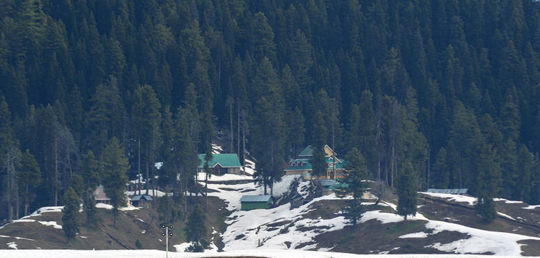 Anxious tourists flee Indian Kashmir after 'terror' warning