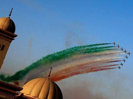 Daredevil pilots at Dubai Air Show