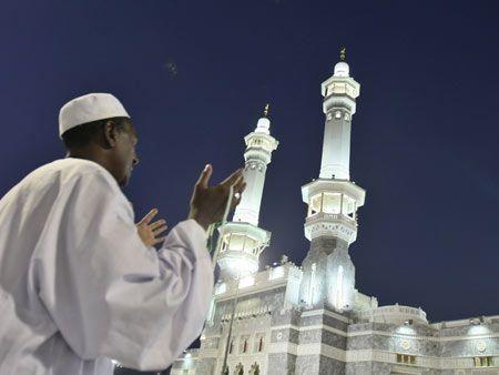 Pilgrims gather in Makkah for hajj