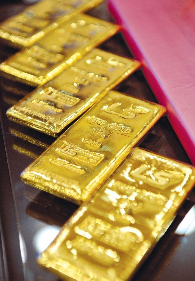 Gold inches up after sell-off; US fiscal worries weigh