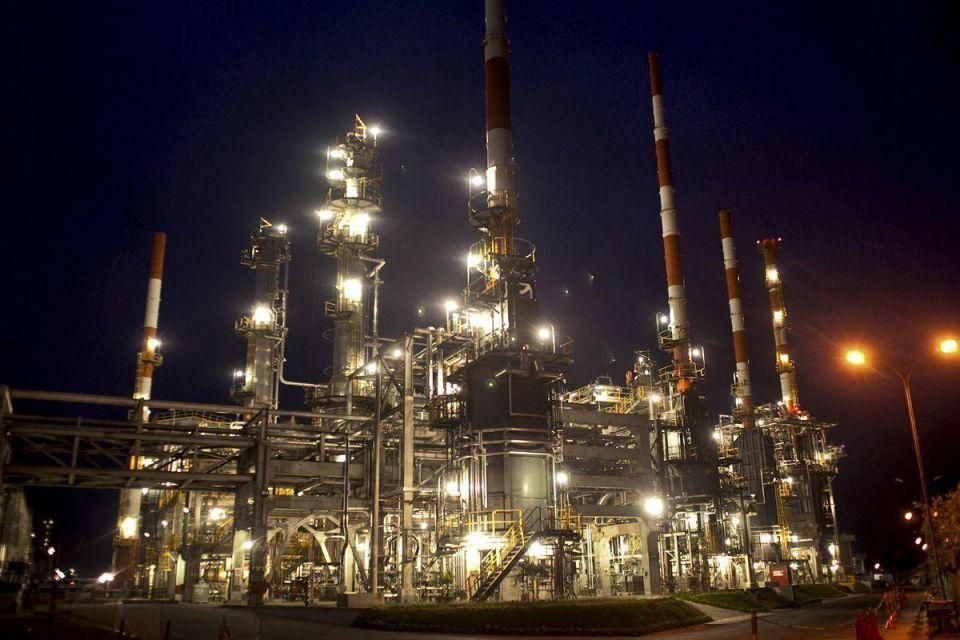 Brent edges down toward $108 on US fuel demand concerns