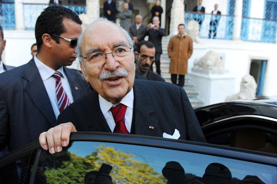 Tunisia grapples with looting; new leader sworn in