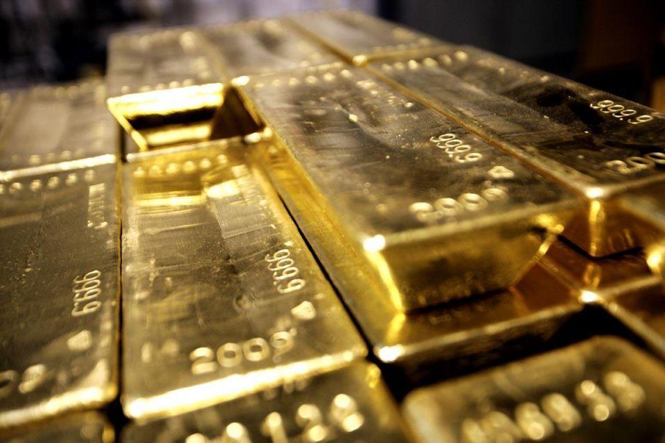 Gold slips on firmer dollar; US jobs data eyed for cues