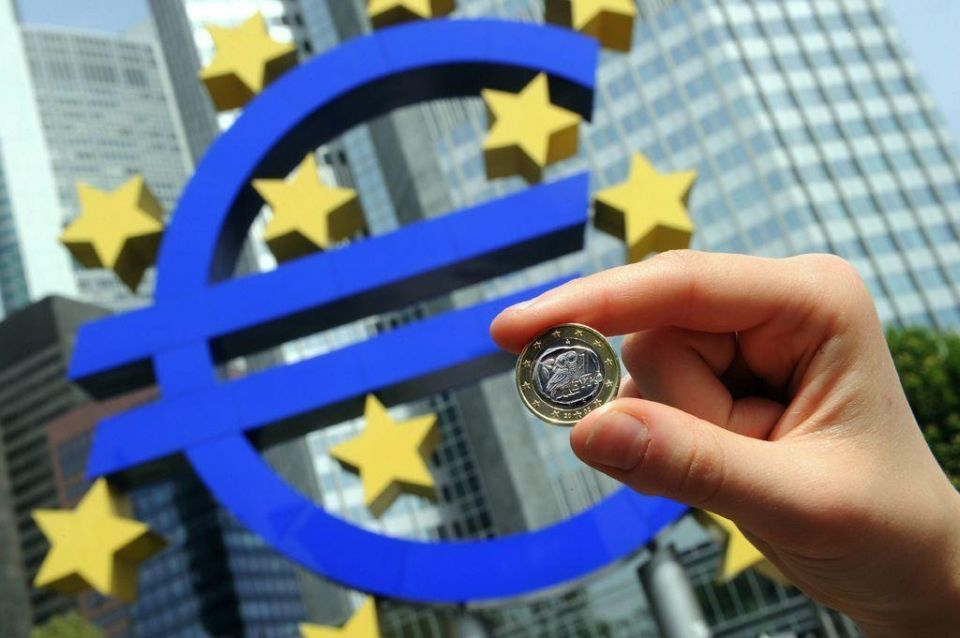 Euro claws higher, stays above one-week low