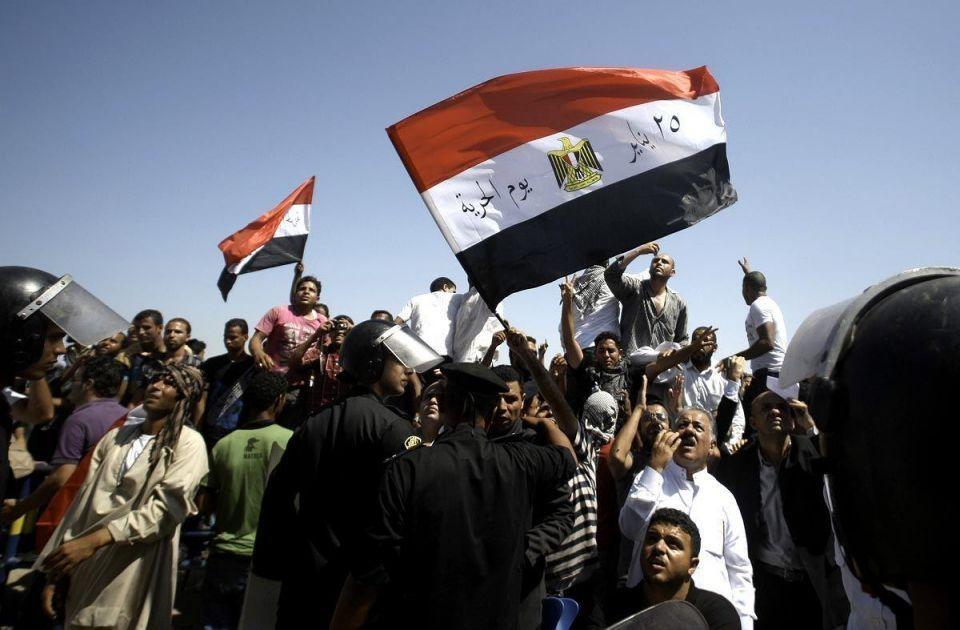 Mubarak returns to court amid chaotic scenes