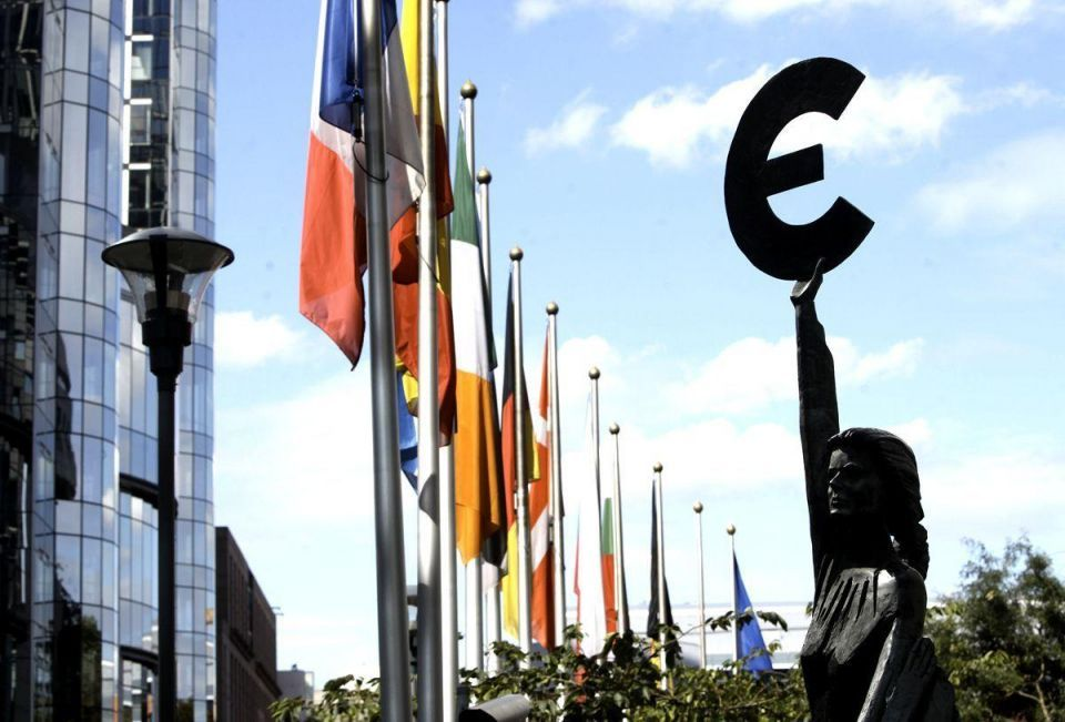 Euro slips, dogged by worries about Greece