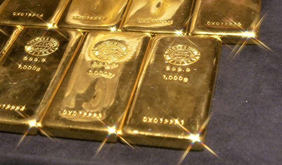 Gold tops $1,910 for first time on safe haven status