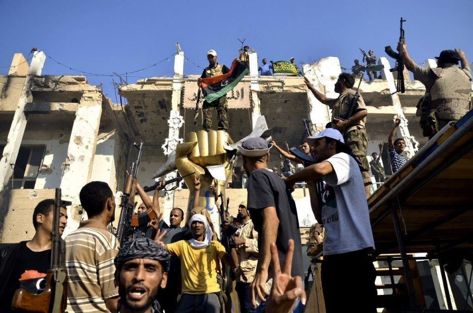 Rebels sniff out tunnels in hunt for Gaddafi