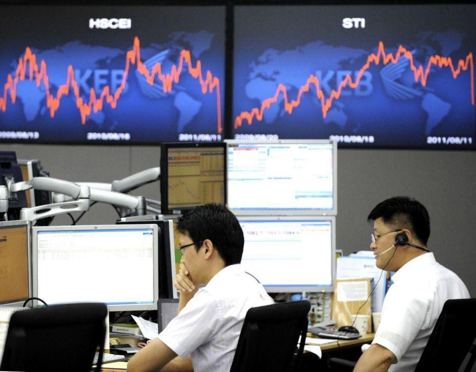 Euro falls to 10-year low vs yen, faces bleak 2012