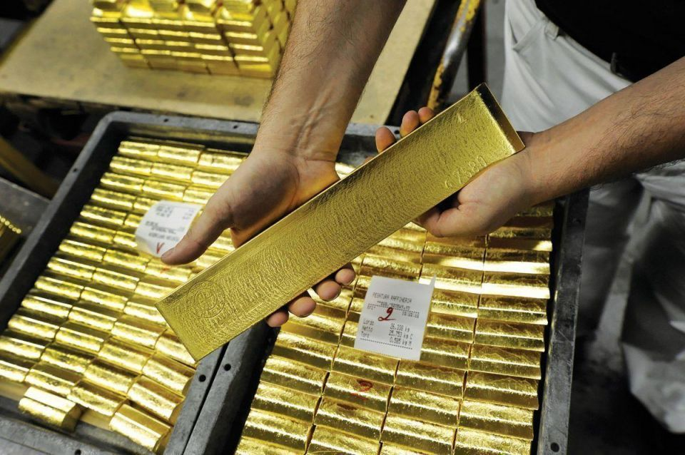 Gold eases despite firm euro, off one-month high