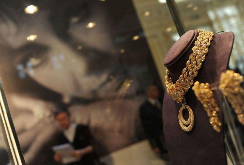 Burton-Taylor romance puts sparkle in diamonds auction