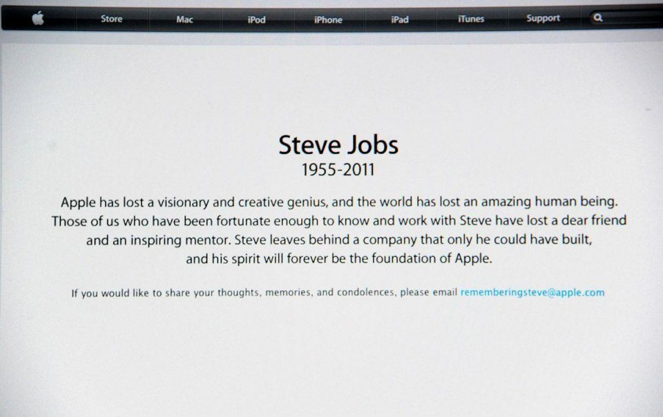 Tributes pour in as thousands mourn death of Steve Jobs