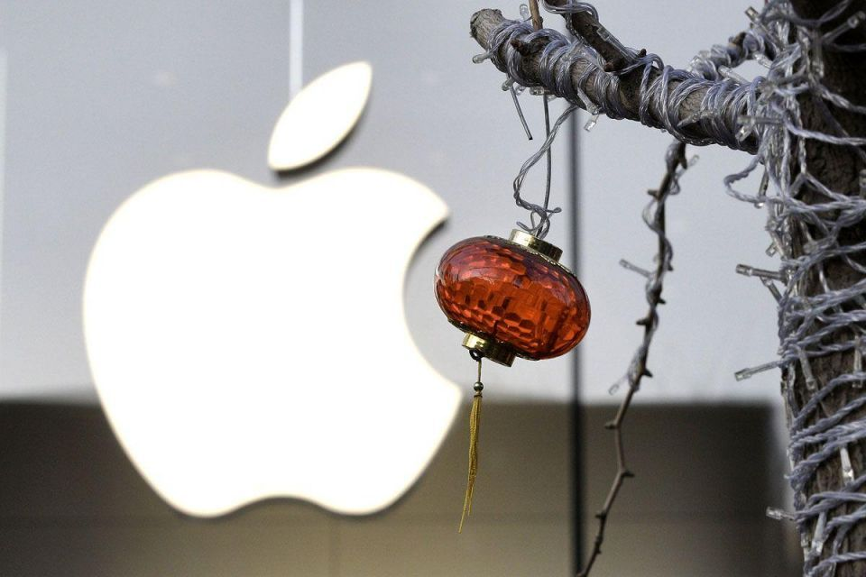 Apple halts iPhone 4S sales in China as crowd turns ugly
