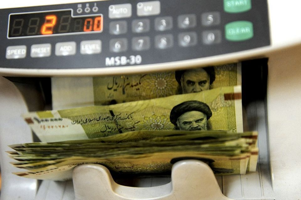 Iranian bazaar sees rush to dump rial as sanctions tighten