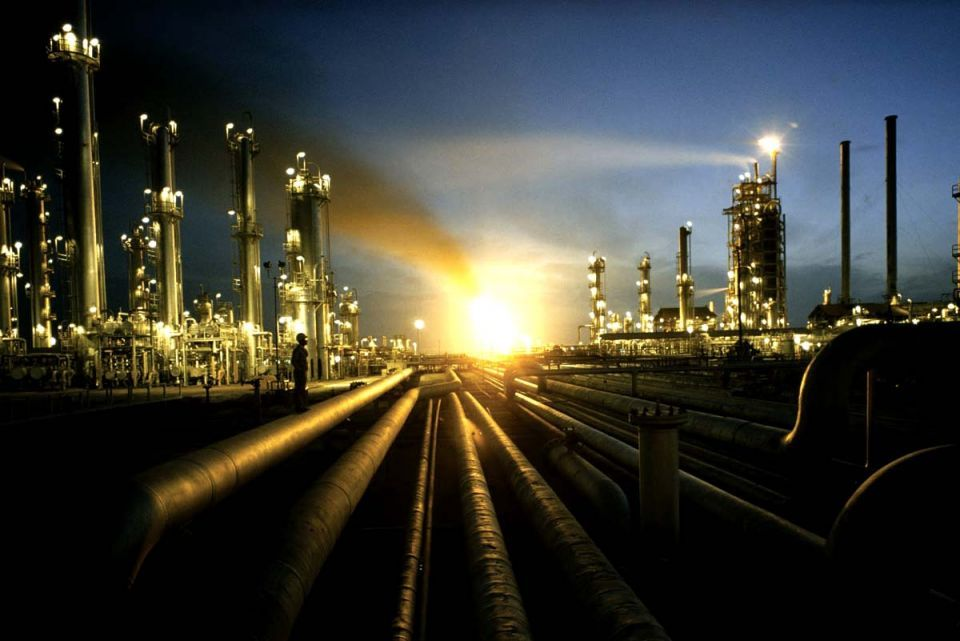 Brent edges above US$125; US crude stocks at a high