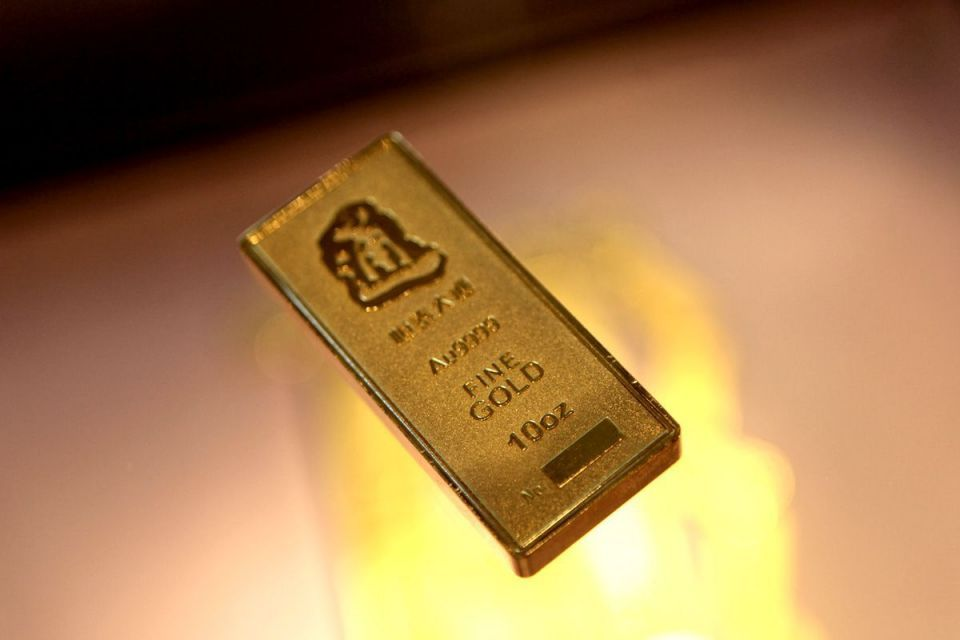 Gold edges lower after 4-day rally on investor caution