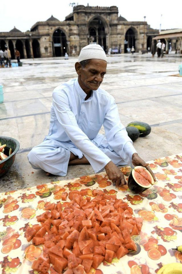 Indian albino Muslim family waits for devotees