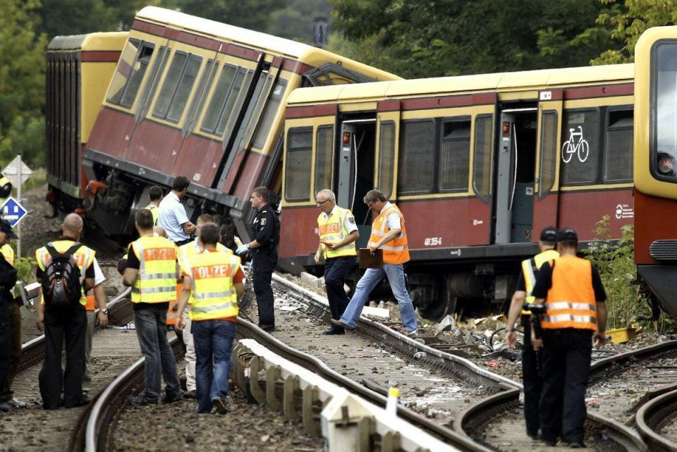 Commuter train derails in Berlin