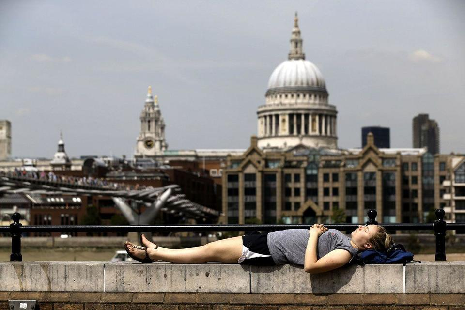 Britons swelter in heatwave