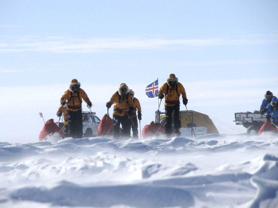 Prince Harry undertakes polar walk