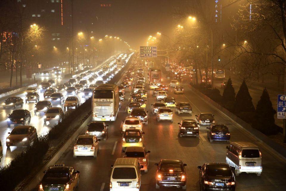 Beijing issues alert as smog hits