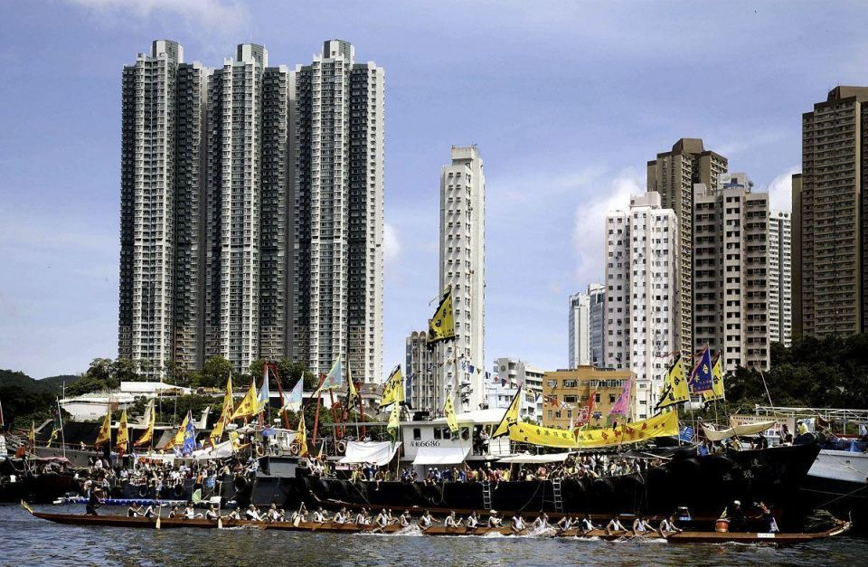 Crowds gather for Hong Kong boat carnival