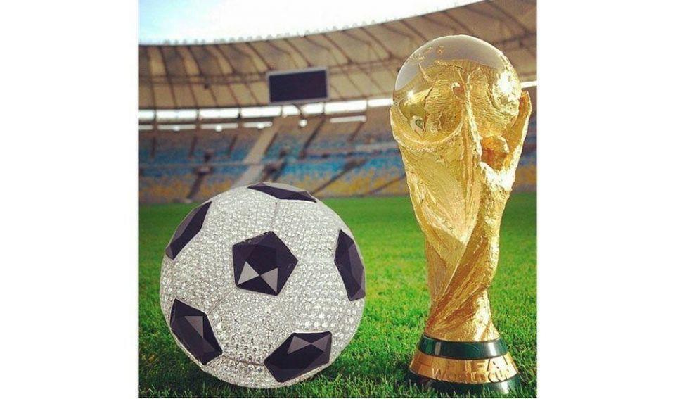 Emirati singer offers diamond soccer ball to Algerian team