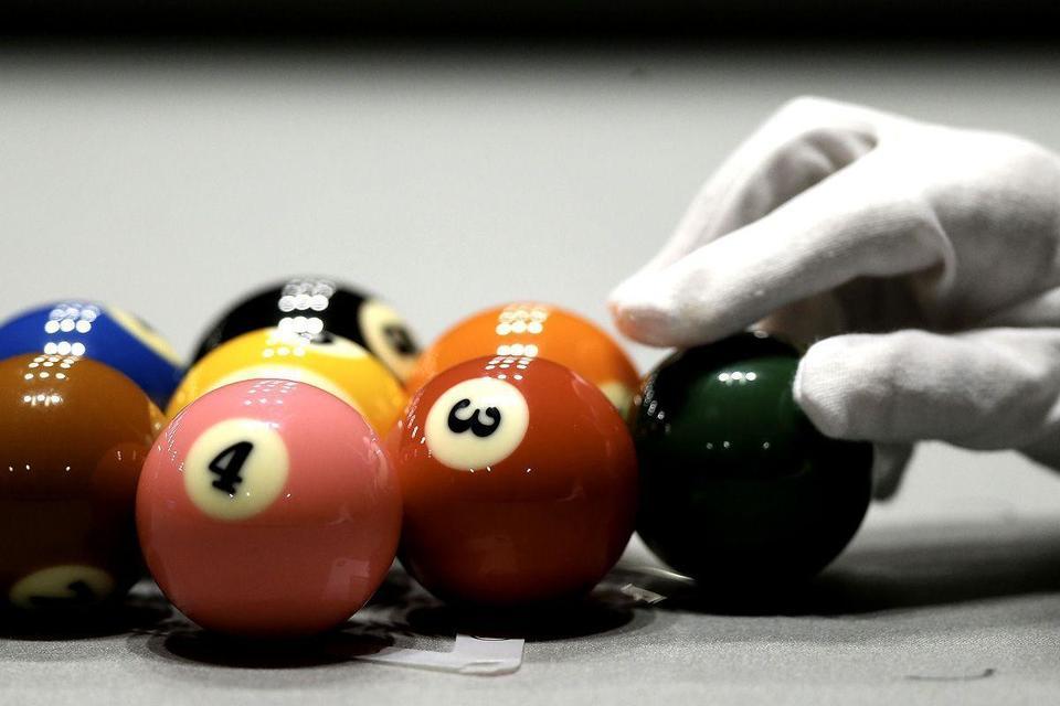 Billiards trick artist's amazing show at Dubai Int'l