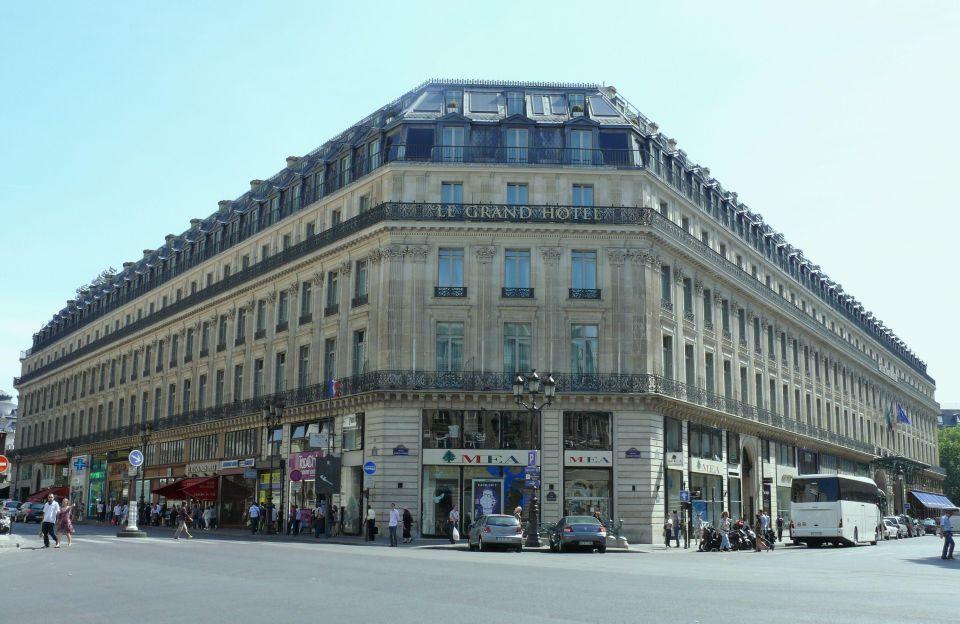 Qataris set to buy top Paris hotel in $440m deal