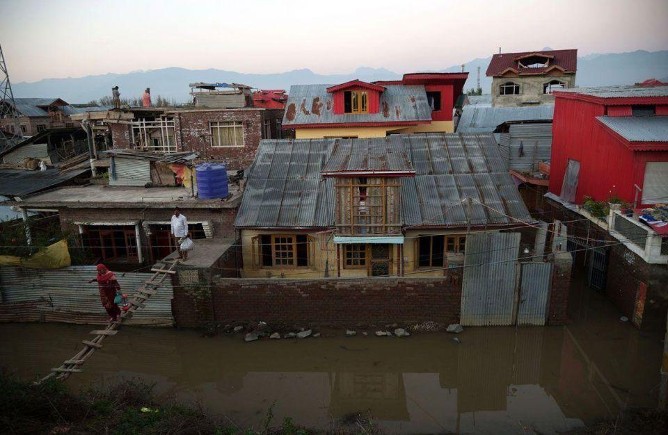 Kashmir floods leave thousands stranded