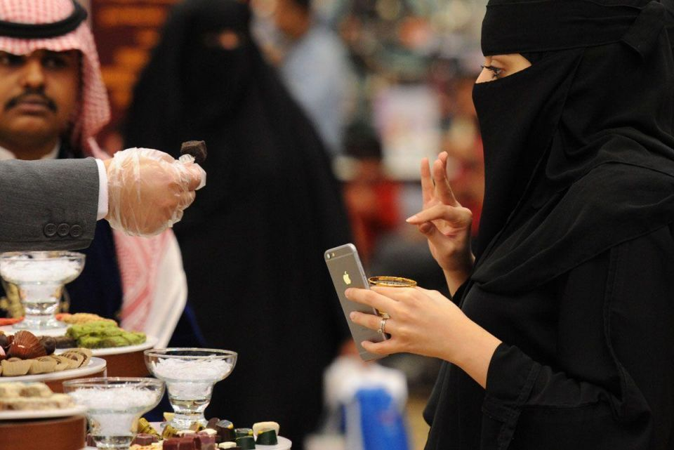 Riyadh: Arabic coffee used for painting