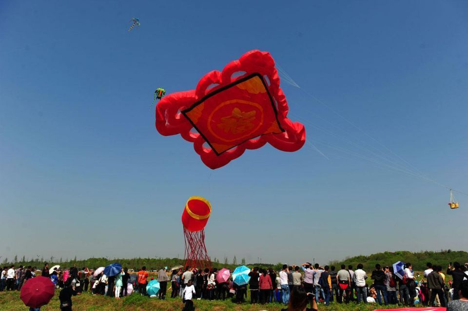 The world largest kite flies in China