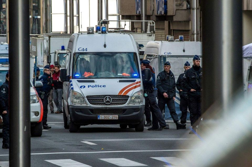 Belgium names Brussels bomber brothers, key suspect on run