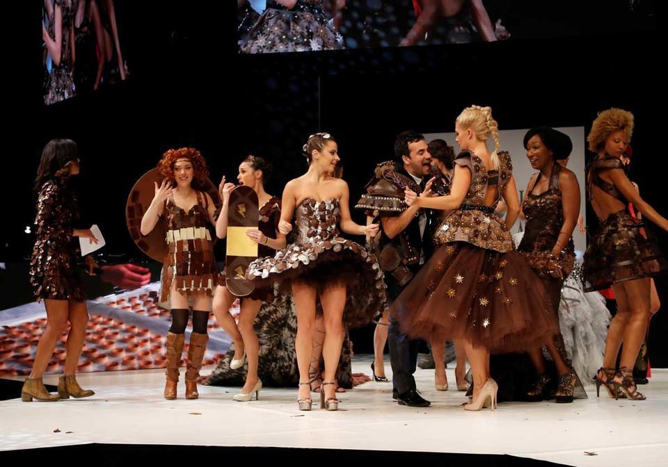 Video: Couture dresses for the sweet tooth at French fashion show