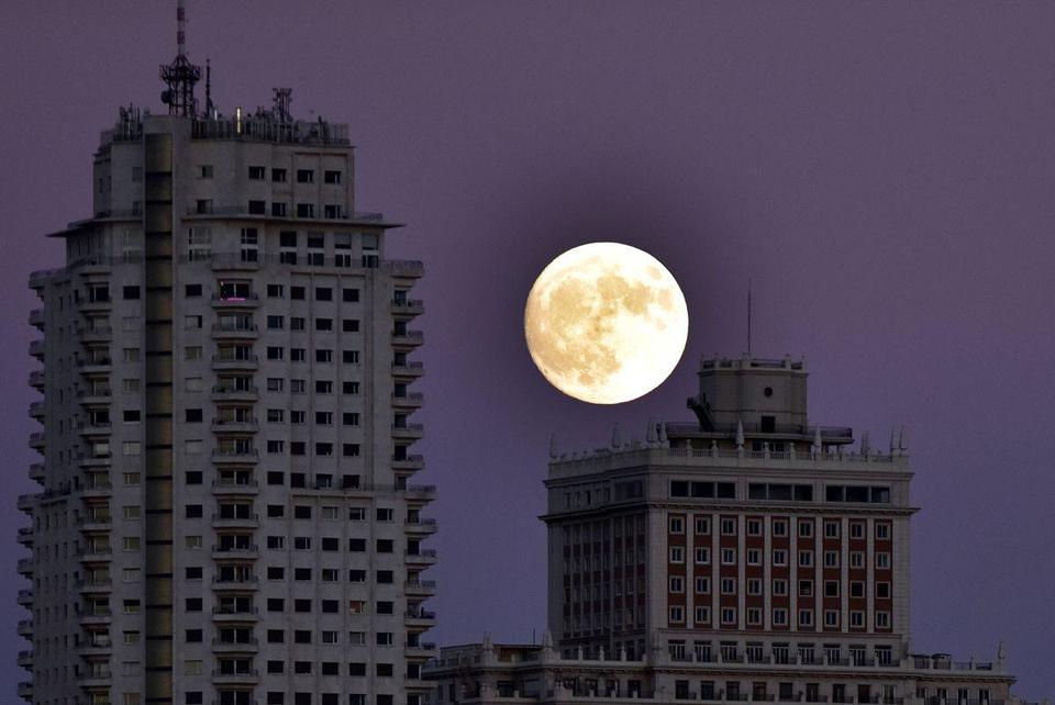 Video: Supermoon rises in Spain
