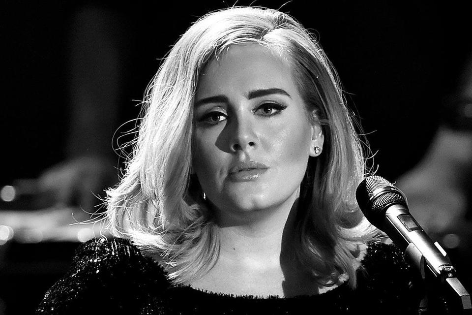 Adele's '25' continues reign on charts