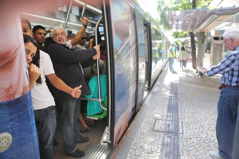 New light rail train begins operating in Rio De Janeiro ahead of Olympics