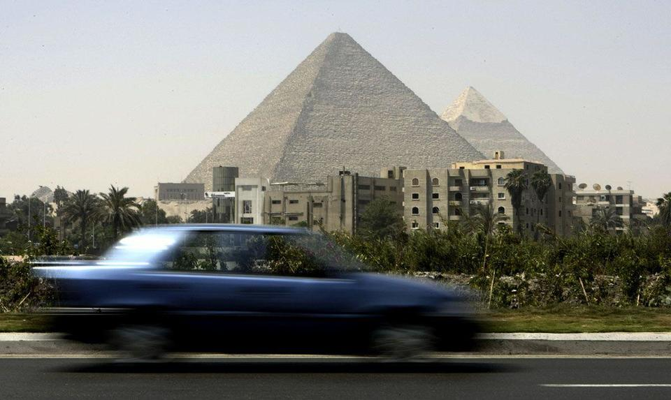 Explosion targeting Egypt tour bus injures 16 near Pyramids
