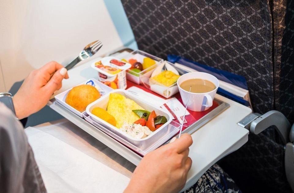 Foods to eats and avoid on a plane