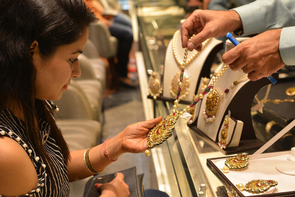 Indian retailers set for sluggish Diwali season, as gold buyers look to Dubai