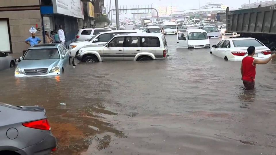 Flash floods cause chaos in Saudi city