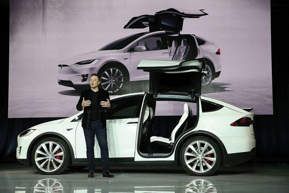 Elon Musk's tweet draws Tesla investor lawsuit over share price swings