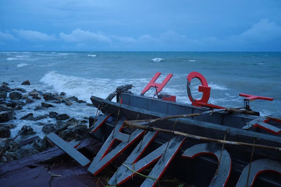 Desperate search for survivors as Indonesia tsunami death toll climbs