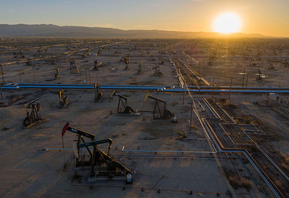 Oil extends drop near $32 on signs US stockpiles swelled